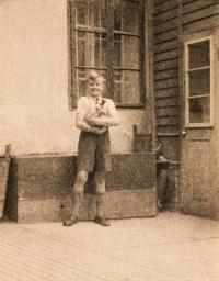 Jaroslav Mojžíš v roce 1945 před bednou, pod kterou byl tajný vstup do sklepa