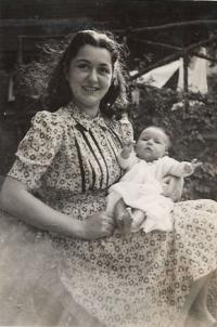 Olička with her first daughter Libuše (Bibinka), Oxford 1943