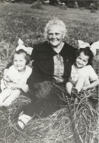 Granny Ernestina Horníčková-Pacovská with her granddaughters, 1926