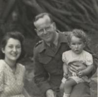 Miloš Novák with his ife Olička and daughter Libuše before leaving for Normany, 1944