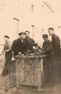 Šmuel Givoni (prvý z prava) v Seredskom tábore