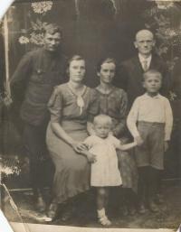Dole Emílie Vignerová s rodiči, strýcem Václavem, tetou Alžbětou a bratrancem Vladimírem, kteří zahynuli v Českém Malíně