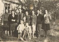 Dole matka se svými syny Václavem a Rostislavem před domem v Českém Malíně asi v roce 1946