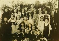 Děti ze školy v Českém Malíně asi v roce 1946. Druhá řada zdola, první zprava Emílie Vignerová a pod ní její bratři Václav a Rostislav