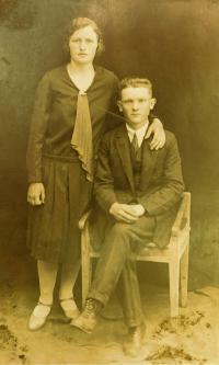 Otec Jaroslav Vigner se svou sestrou Anežkou (Zemenovou), kterou nacisté zavraždili v Českém Malíně