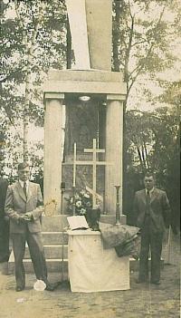 Původní památník obětem vypálení Českého Malína v Novém Malíně