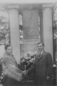 Setkání k příležitosti přejmenování obce Frankštát na Nový Malín v roce 1947 (zleva Vladimír Řepík a Josef Pospíšil)