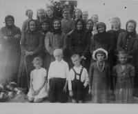 Skupina zachráněných stařen, žen a děti, kteří přežili vraždění v Českém Malíně
