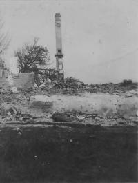Spáleniště školy, kde byla upálena část obyvatel Českého Malína a mezi nimi nejspíš i příbuzní pamětnice.