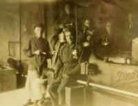 Uprostřed otec Jaroslav Vigner s dcerou Emílií ve mlýně v Ostrožci