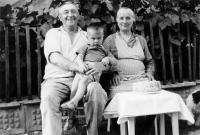 pamětníkův otec Václav a matka Božena