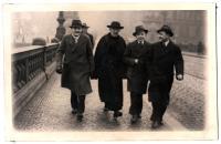 František Wretzl se skauty z  Legio angelica, uprostřed páter Method Klement, vedoucí a zakladatel LA, 30. léta