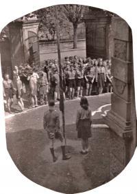 Poválečné skautské středisko Blesk, jehož vůdcem František Wretzl byl, před svou klubovnou, 1945-8