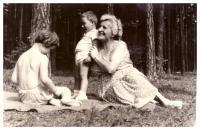 Babička Marie Baranová s vnoučaty, u Bezdězu 1960