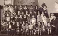 Vlasta první nahoře vlevo, 4.třída obecná škola Lupáčova, Praha 3 asi 1940