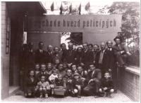 První výročí osvobození, čtvrtí zleva: paní Řezáčová, pan Řezáč, matka Marie Baranová, Praha 1946