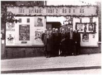 První výročí osvobození, vlevo paní Řezáčová, za ní pan Řezáč, Marie Baranová za nimi uprostřed, Praha 1946