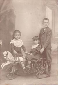 Sourozenci zleva matka Marie, sestra Pavla a bratr Gustl, Vídeň, 1910