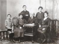 Rodina dědečka Matti Cohena (Mathiase Kohna); zleva Kamil Kohn (Mattiho otec v dětském věku), jeho sestra Gertruda Kohnová, bratr Walter Kohn, dědeček, sestra Gisela Kohnová, babička Tereza Kohnová. Cca 1900.