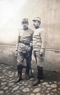 Otec Matti Cohena (Mathiase Kohna) Kamil Kohn v době 1. světové války. Na fotografii vlevo.