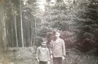 Matti (left) and Reuven Kohn, 1920s