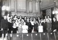 Dětský sbor v synagoze v Ústí nad Labem. Uprostřed v klobouku starší bratr Mattiho Cohena (Mathiase Kohna) Reuven. 21. 5. 1936