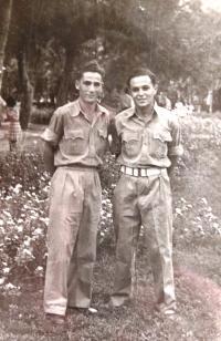 Matti Cohen (vpravo) jako izraelský voják. Začátek 50. let.