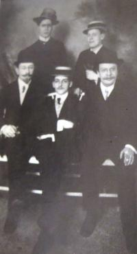 Uncle Ernst Ascher with members of Pražský kruh (Prague circle): standing left Leppin, Ernst Ascher, sitting from left Dr. Back, Max Brod, Emil Faktor. 1905. From the book Pražský kruh by Max Brod