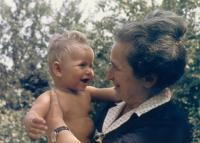 Maminka Irma Lauscherová s vnukem Danielem, 60.léta