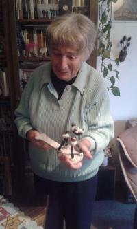 Michaela Vidláková ukazuje dětem svého pejska Pluta