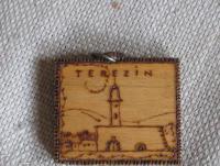 Dřevěný přívěsek s motivem Terezína, který dostala Michaelina matka od otce k narozeninám. Soukromý archiv M. Vidlákové