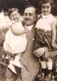 Vlevo sestra Ruth Mittelmann (Charlotty Neumann) Gertruda, otec Leopold Neumann, vpravo Ruth Mittelmann (Charlotta Neumann). 1929.