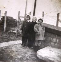 Ervín, Erika, Marta. Děti, které Ruth Mittelmann (Charlotta Neumann) vyučovala v době války; v té době bylo vzdělávání židovských dětí zakázáno. Bratislava, leden 1943.