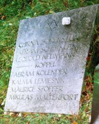 Hromadný hrob v německém Halberstadtu. Je zde pochován otec Ruth Mittelmann (Charlotta Neumann). Nedatováo.