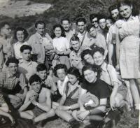 Skupina mládeže Gordonia – Makabi Hacair. Ruth Mittelmann (Charlotta Neumann) v horní řadě druhá zleva, čtvrtá ve stejné řadě její sestra Gertruda Neumann, v horní řadě první zprava Maud Steckelmacher-Beer, čtvrtá Eva Fürst-Livni. 1946.