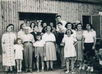 V Izraeli s přeživšími z Skopje, 50. léta, Šaul v přední řadě v šortkách