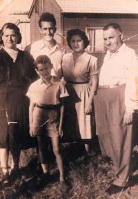 Ester, babiččina sestra, její manžel Chananja, jejich dcera Shelly s mužem, Shaul, Rišon le-Cijon 1951