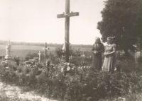Antonie Kechrtová at the grave murdered in Český Malín