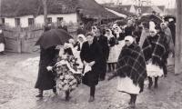 """1940 - pohřeb mladého muže. Na fotce mají ženy """"vlňáky"""" - přehozy přes ramena, o kterých pamětnice hovoří na konci války."""