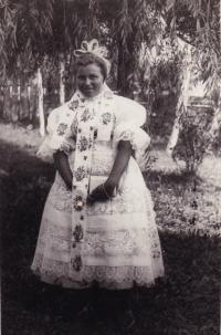 1943 - Jenovefa jako svobodné děvče ve slavnostním kroji (ručně vyšívaný)