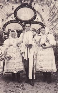 1944 - Jenovefa se sourozenci, slavnost Božího těla s nazdobeným oltářem