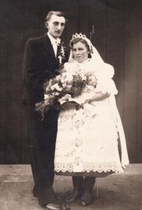 1945 - novomanželé Jenovefa a karel Poňuchálkovi