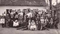 1945 - svatba a hosté u domy nevěsty
