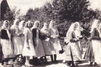 1940 - hody, svobodná děvčata v běžném oblečení