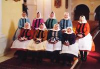 2012 - Jenovefa úplně vpravo s kamarádkami v kroji vdaných žen