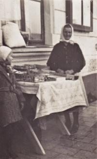 1936 - vzpomínka na dětství a na paní, která každou neděli před svým domem prodávala kousky cukroví