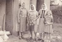 1959 - Jenovefa s dětmi a kamarádkami, malování sklepa v Nechorách