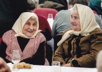 2016 - Jenovefa (vlevo) s neteří na setkání seniorů