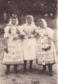 1944 - Jenovefa (vpravo) se sestrou a kamarádkou ve svátečním kroji
