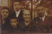 Ludmila Muchina s rodiči, bratren Vječeslavem a babičkou v roce 1955